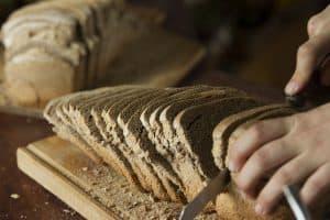 Cortando pan de mas madre