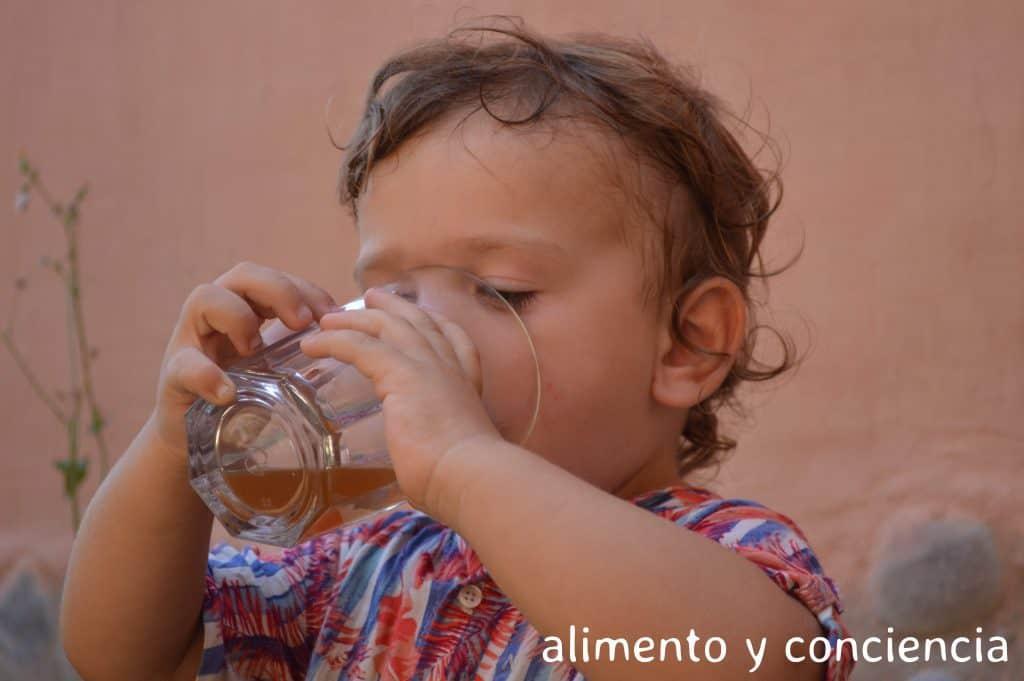 Julián tomando kefir con logo
