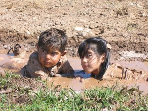 Niños en el barro
