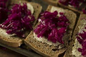 Pan masa madre, con chucrut y untable cajú
