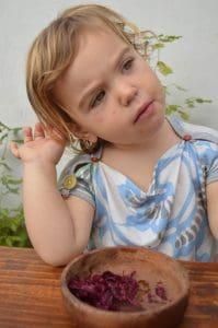 Violeta con chucrut pensando