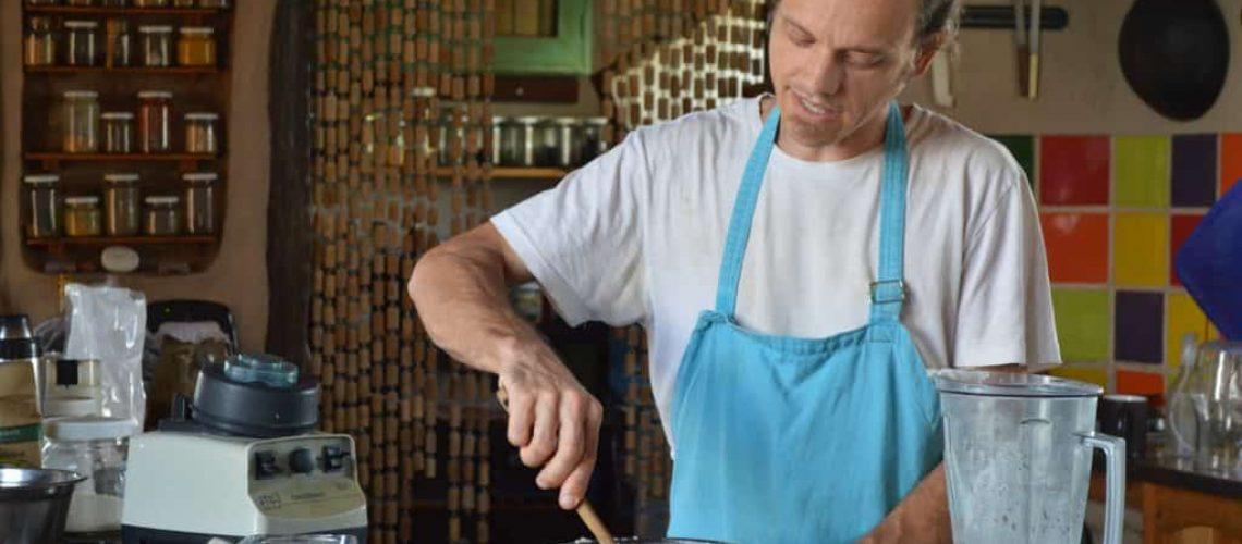 Alex haciendo pan de masa madre de arroz