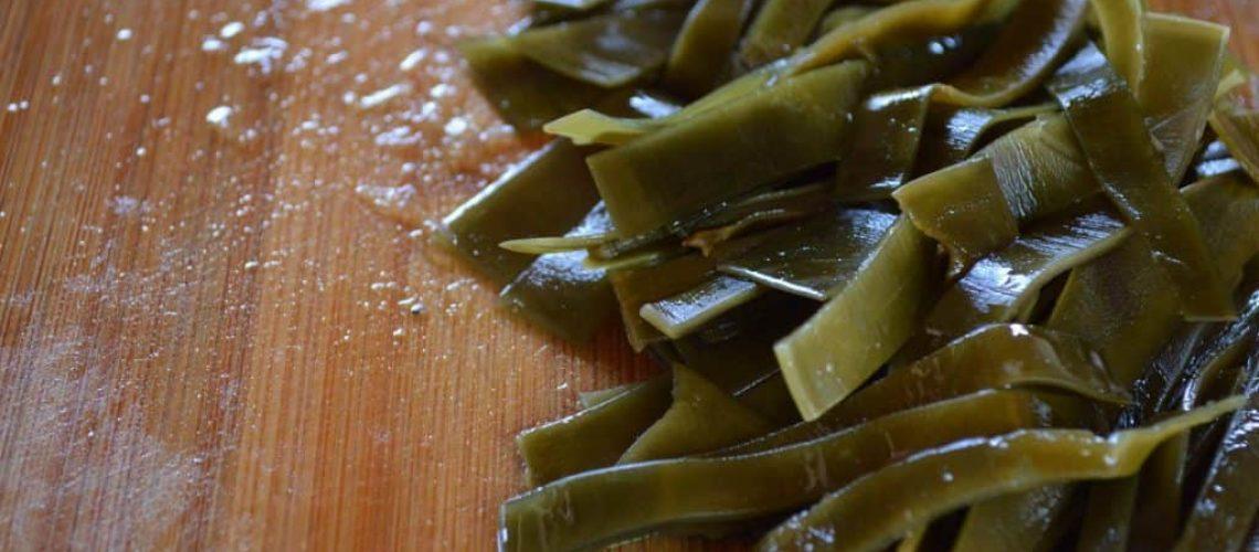 Algas marinas remojadas y en palitos