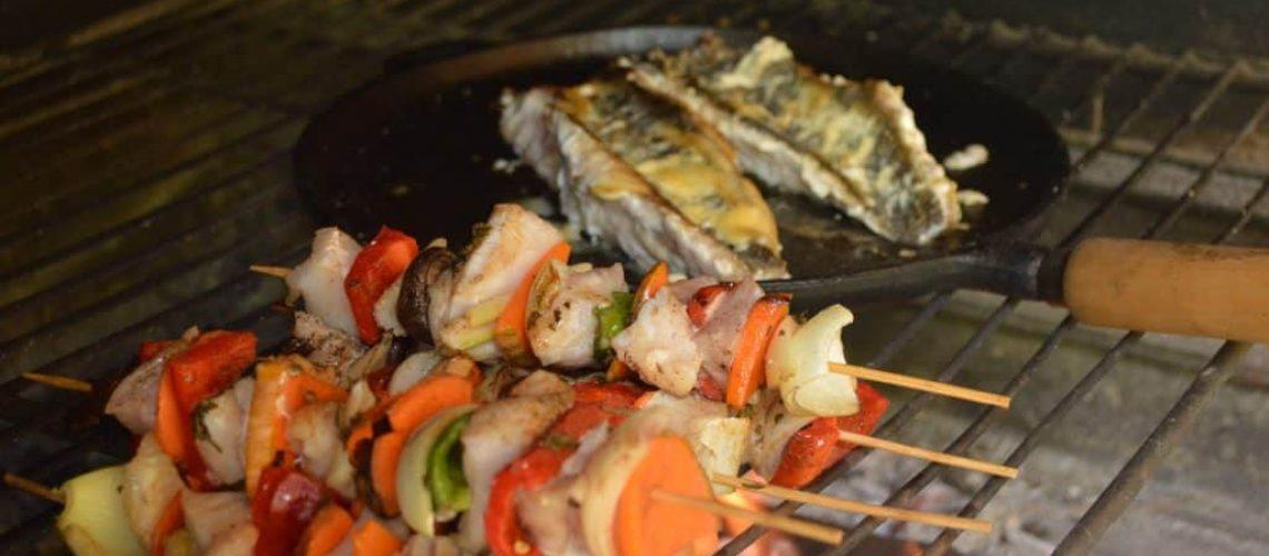 Brochettes y pescados con alioli