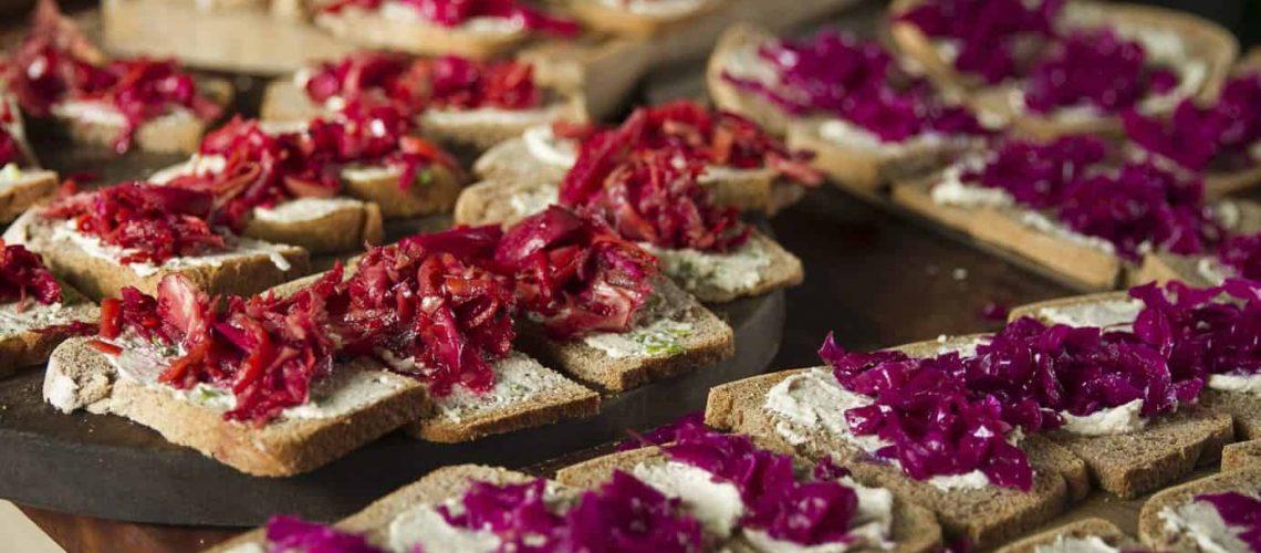 Chucrut y kk sobre pan de masa madre