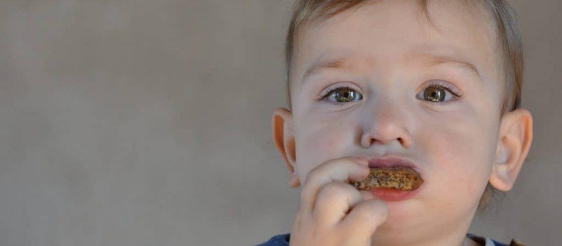 Julián comiendo crocantitas de almendras y chía