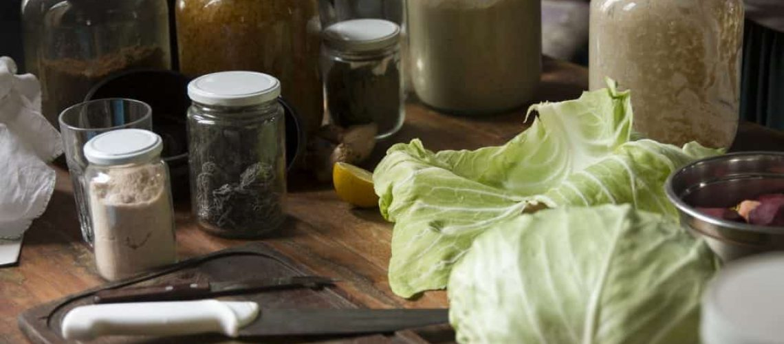 Mesa con alimentos previo a fermentación