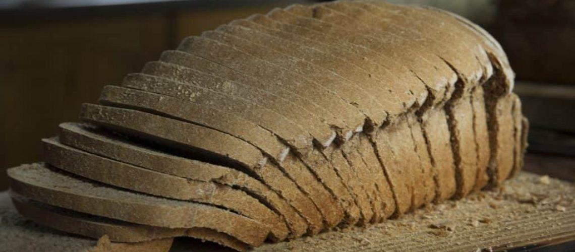 Pan de trigo con masa madre, cortado en rodajas
