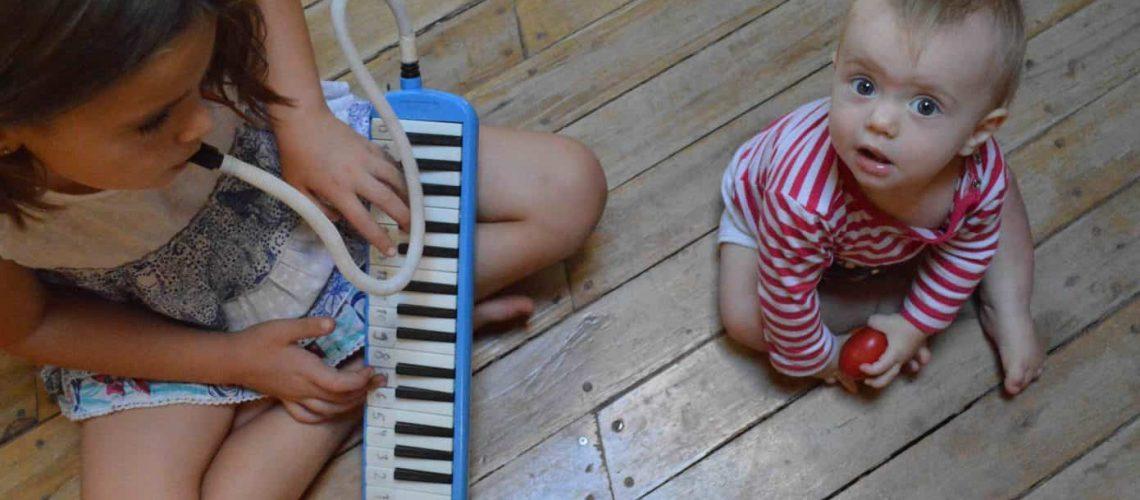 Violeta y Elías haciendo música